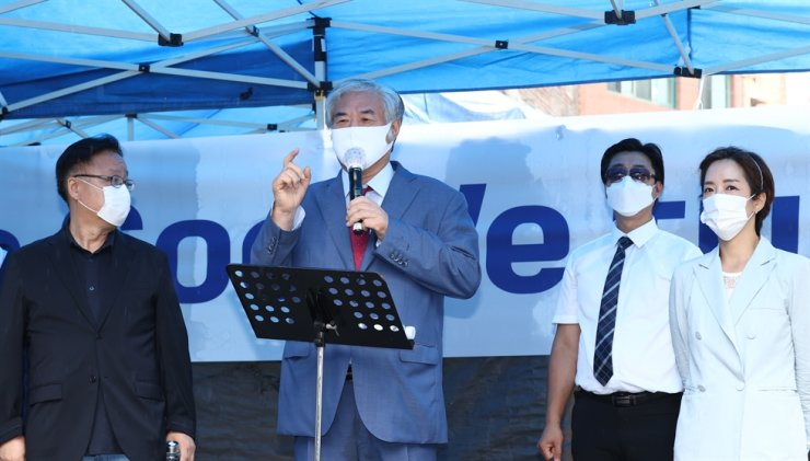Rev. Jun Kwang-hoon of Sarang Jeil Church gives a public statement at a press conference held in front of Sarang Jeil Church in Seongbuk-gu, northeastern Seoul, Wednesday. Yonhap