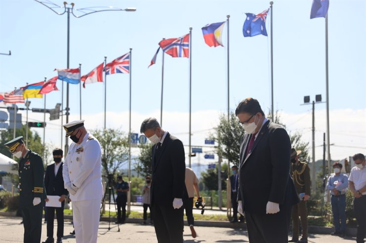 Minister of Patriots and Veterans Affairs Park Sam-duck, second from right, together with Philippine Embassy Charge de Affairs Christian L. De Jesus, right, United National Command Deputy Commander Vice Adm. Stuart Campbell Mayer, third from right, and Republic of Korea Army 1 Corps Deputy Commander Jang Gwang-seon, left, pay tribute to the war dead in front of the Korean War Monument to the Philippine Armed Forces in Goyang, Gyeonggi Province during a ceremony held Friday, to mark the 70th anniversary of the Philippines troops' arrival in Busan, Sept. 19. Courtesy of Ministry of Patriots and Veterans Affairs