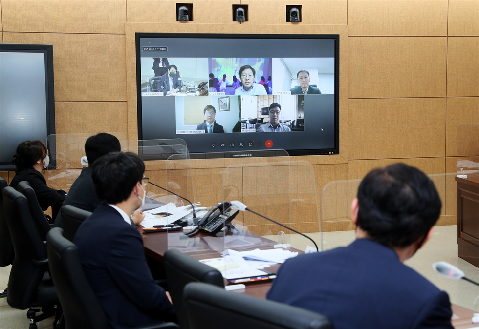 Ruling Democratic Party Chairman Rep. Lee Nak-yon delivers a speech at a plenary session of the National Assembly, Sept. 7. According to relevant laws which require lawmakers to be present at sessions, they gathered at the plenary chamber despite concerns of COVID-19 infection. Protective screens have been installed between every seat. Yonhap