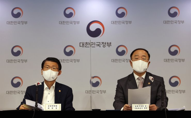 Finance Minister Hong Nam-ki, right, and Financial Services Commission Chairman Eun Sung-soo hold a joint briefing on the government-driven New Deal fund drive at the Government Complex in Seoul, Thursday. yonhap