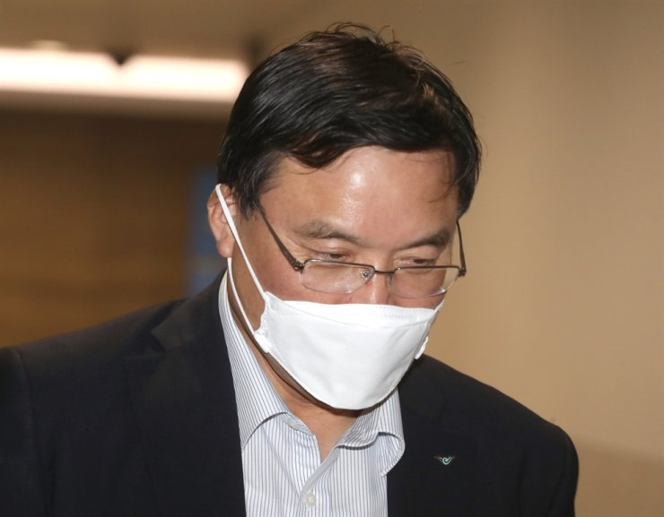 Incheon International Airport Corp. President and CEO Koo Bon-hwan heads to a press room at the airport to hold a press conference, Friday. / Yonhap