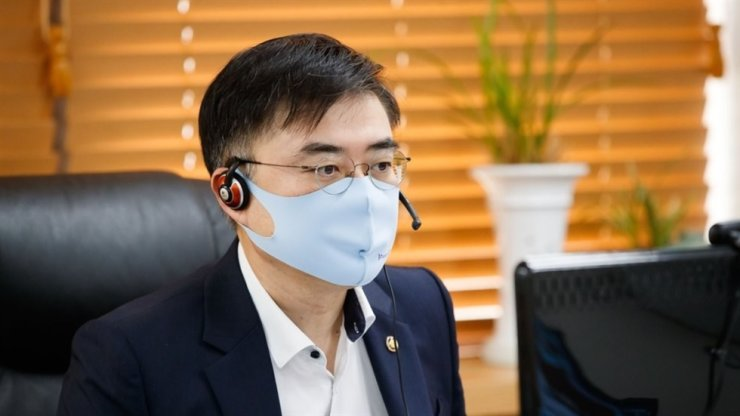 Financial Services Commission (FSC) Vice Chairman Sohn Byung-doo holds a video conference on financial risk management at the Government Complex in Seoul, Tuesday. Yonhap
