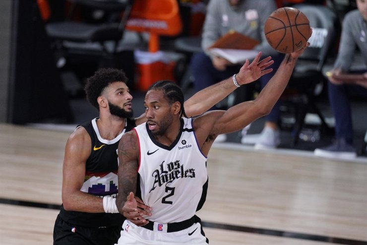 Los Angeles Clippers' Kawhi Leonard, right, is defended by Denver Nuggets' Jamal Murray during the second half of an NBA conference semifinal playoff basketball game, Wednesday, in Lake Buena Vista, Fla. / AP-Yonhap