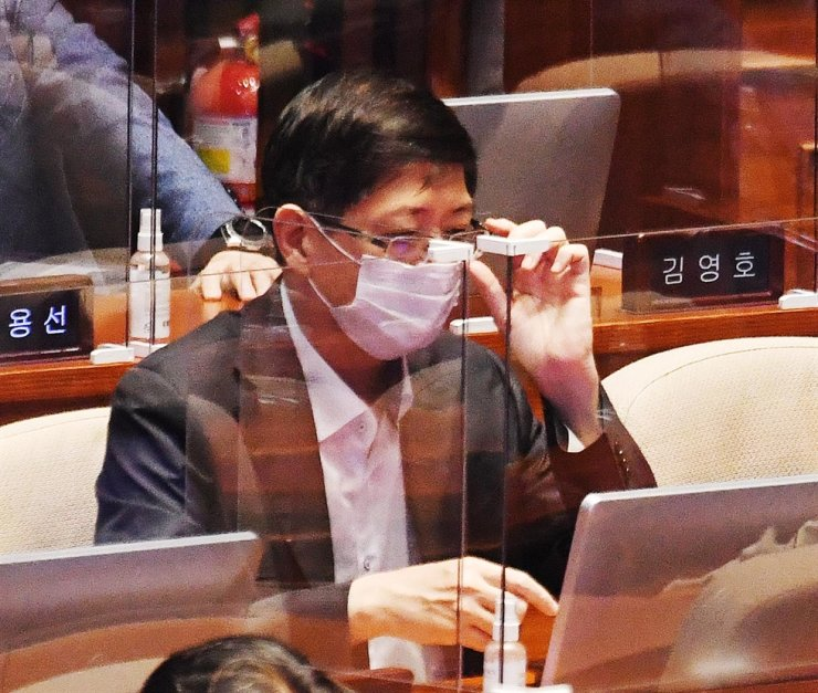 Rep. Kim Hong-gul of the ruling Democratic Party of Korea participates in a plenary session at the National Assembly on Yeouido, Seoul, Sept. 16. Yonhap