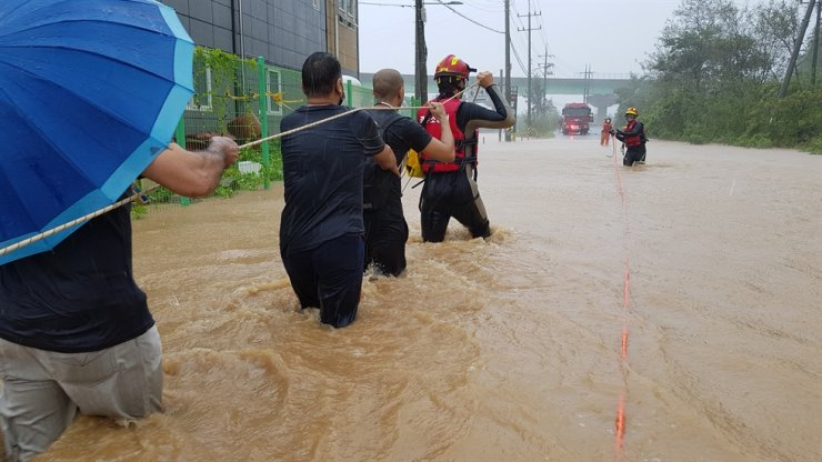 A rescue operation is underway in Gyeongju, North Gyeongsang Province, as part of the city is submerged due to Typhoon Haishen, Monday. Yonahp
