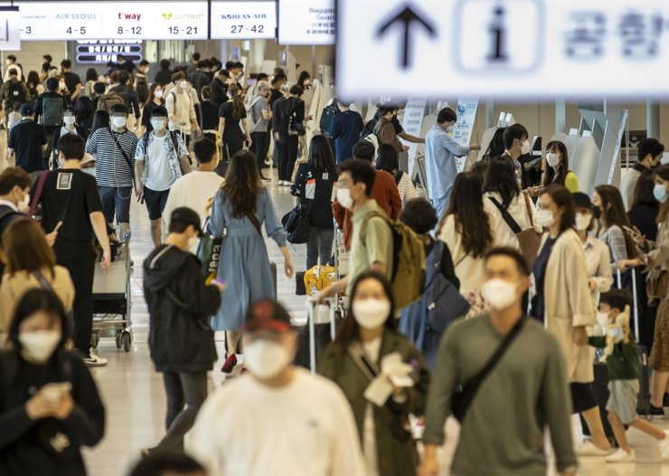 The domestic terminal of Gimpo International Airport is crowded by tourists, Sunday, ahead of the five-day Chuseok long weekend that starts Wednesday. Health authorities are bracing for a possible surge of COVID-19 infections during the holiday period as many movements of people across the nation are expected. / Yonhap