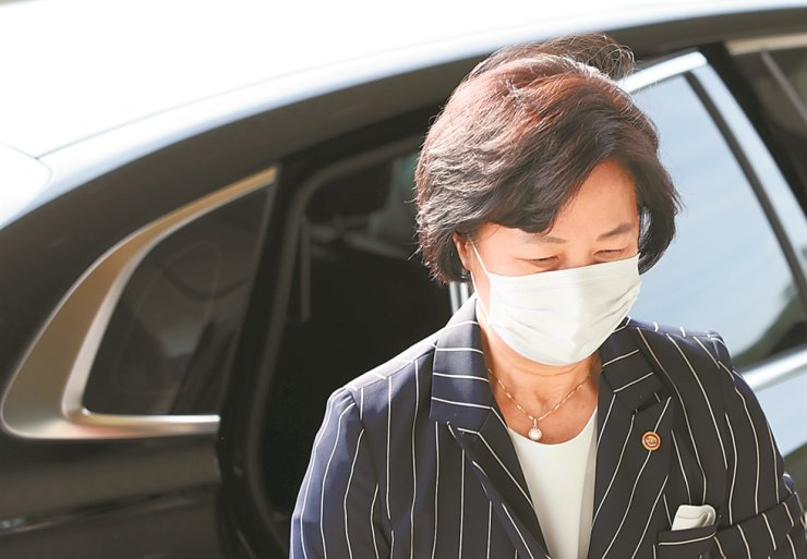 Justice Minister Choo Mi-ae arrives at the ministry building in Gwacheon, Gyeonggi Province, Friday. She apologized over graft allegations surrounding her son on Facebook, Sunday. Yonhap