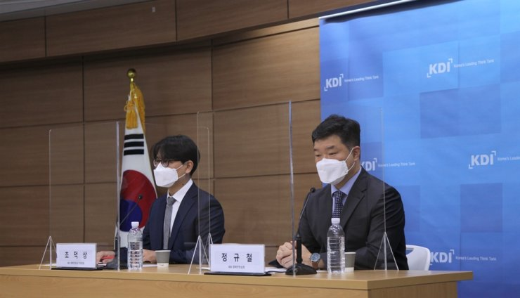 KDI fellow and Macroeconomic Analysis and Forecasting Director Jung Kyu-chul, right, and KDI associate fellow Cho Duk-sang give a press briefing at Sejong Government Complex, Tuesday. Courtesy of KDI