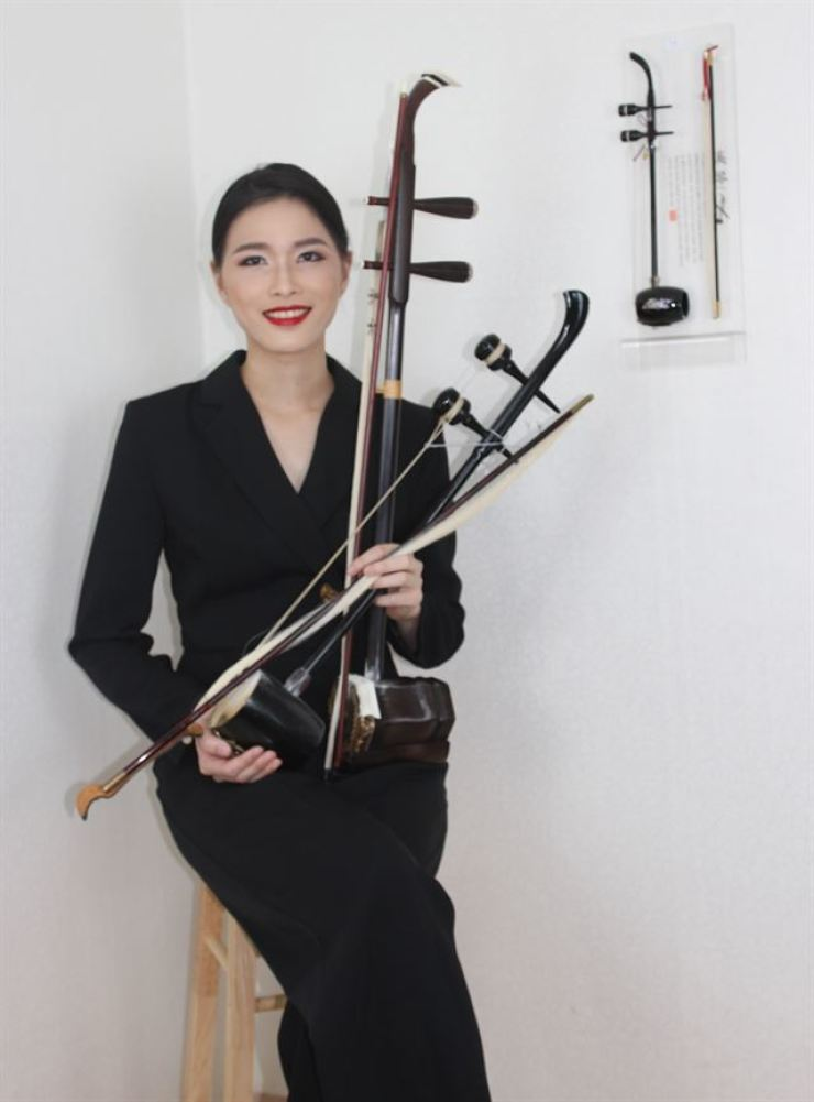 Hsu Yun Pei, a Taiwanese musician living in Seoul who plays the Chinese traditional instrument 'erhu' and similar Korean traditional instrument 'haegeum,' holds the two instruments at her studio in Seoul, Monday. Courtesy of Won Min-an