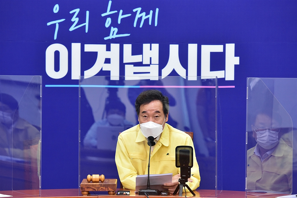 Rep. Park Sung-joong, speaking, and lawmakers from the main opposition People Power Party, who are members of the National Assembly Science, ICT, Broadcasting, and Communications Committee, hold a press conference at the Assembly in Seoul, Wednesday, to call for the resignation from the committee of ruling Democratic Party of Korea Rep. Yoon Young-chan over his alleged attempts to influence news layouts on a portal site. Yonhap
