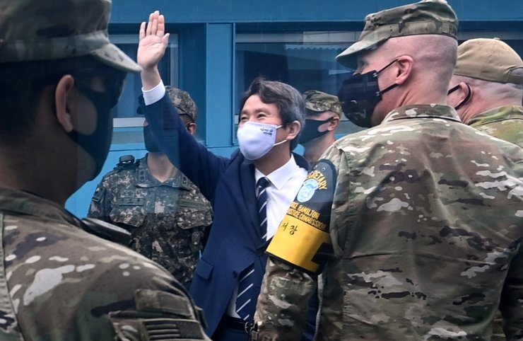 Unification Minister Lee In-young waves his hand toward North Korean soldiers observing his visit to the truce village of Panmunjeom, Wednesday. / Joint press corps