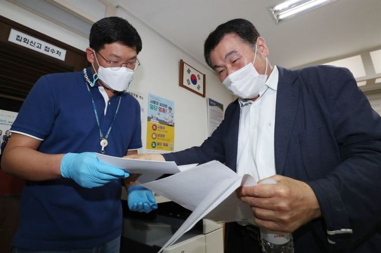 The secretary general of a coalition of conservative civic groups seeking to hold anti-government rallies submits an application for Oct. 3 demonstrations at Jongno Police Station in central Seoul in this Sept. 16 photo. Yonhap