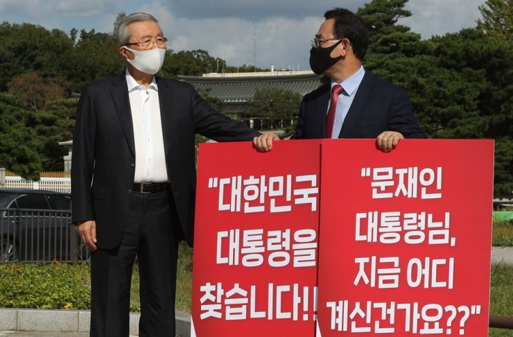 Main opposition People Power Party floor leader Rep. Joo Ho-young, left, holds signs in protest of the Moon Jae-in administration's response to the North's suspected killing of a South Korean national last week during a one-person rally, Sunday, in the vicinity of Cheong Wa Dae. One of the signs reads 'Mr. President, where are you?' PPP interim leader Kim Chong-in paid a visit to the site of the rally for support. Yonhap