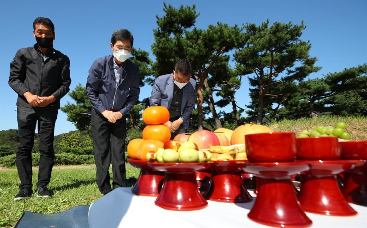Family members hold memorial services to honor their ancestors. /Yonhap