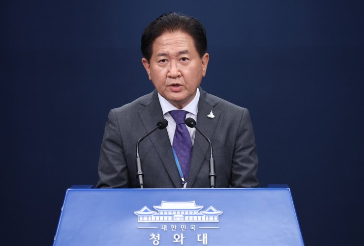 Suh Choo-suk, deputy director of the national security office, speaks during a press briefing at Cheong Wa Dae, Thursday. Yonhap