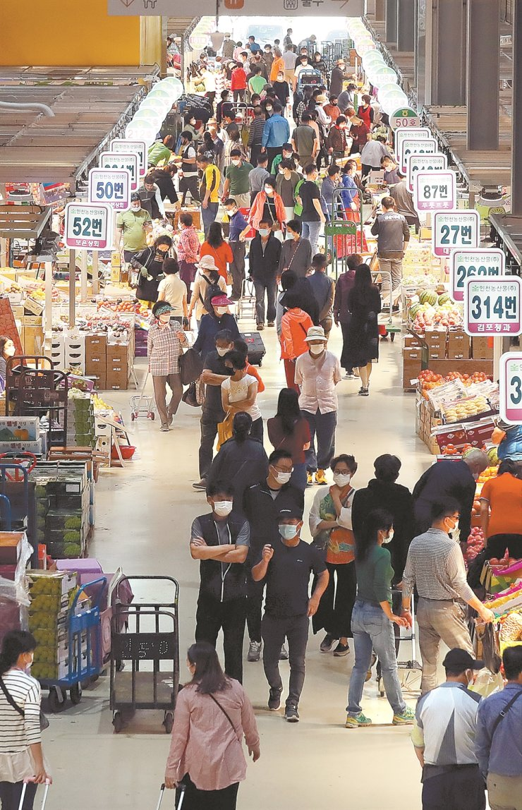 Crowds of customers observe the products on offer at the Namchon Agricultural Products Wholesale Market, Incheon, Monday, ahead of the Chuseok holiday. Yonhap