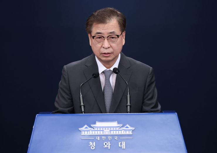 Suh Hoon, director of the National Security Office, announces Pyongyang's notice of apology to South Korea regarding the killing of its official in the North's waters during a press briefing at Cheong Wa Dae, Friday. / Yonhap