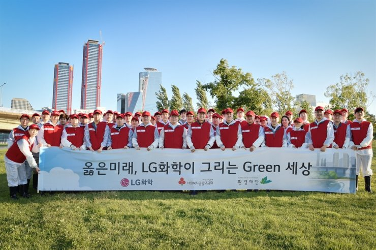 LG Chem volunteers remove weeds as part of their environmental social contribution initiative on Bamseom, an island in the Han River in Seoul. / Courtesy of LG Chem