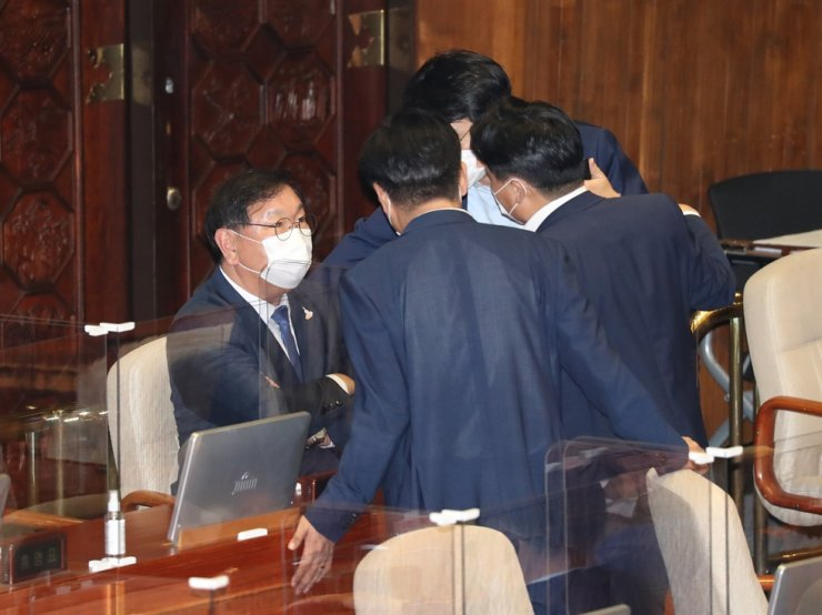 Rep. Kim Tae-nyeon, floor leader of the ruling Democratic Party of Korea (DPK), talks with other DPK lawmakers at the plenary chamber in the National Assembly in Seoul, Thursday. Some DPK members have recently made remarks defending Justice Minister Choo Mi-ae against allegations surrounding her son's military service, but they have invited criticism from the opposition and the public. Yonhap