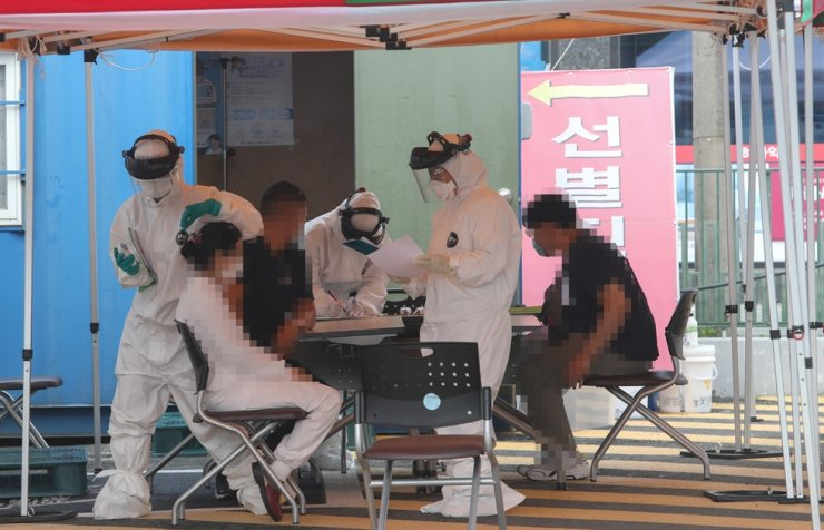 Health officials conduct COVID-19 testing on residents at a public health center in Cheongyang County, South Chungcheong Province, Thursday, as a kimchi factory there emerged as a new infection cluster. / Yonhap