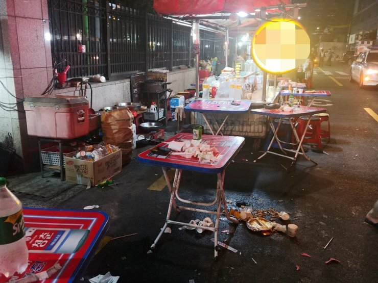 A drunk driver in his 20s drove into a street vendor in Busan, Sunday, causing injuries to at least 12 people, police in the port city said, noting that the driver was taken into police custody. / Yonhap
