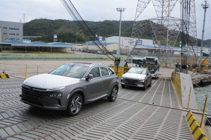 Hyundai Motors' hydrogen fuel cell electric vehicles and buses are loaded onto a ship for export to Saudi Arabia at the company's port in Ulsan, Sunday. / Courtesy of Hyundai Motor