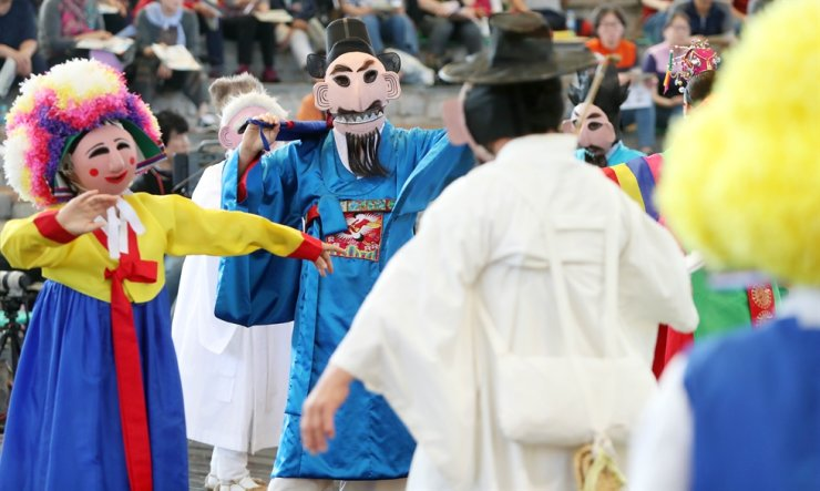 The Andong Maskdance Festival is one of the major Chuseok events canceled this year due to the COVID-19 pandemic. Korea Times file
