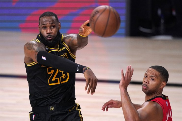 Los Angeles Lakers' LeBron James, left, passes the ball against Houston Rockets' Eric Gordon during the second half of an NBA conference semifinal playoff basketball game Sunday in Lake Buena Vista, Fla., Sunday. / AP-Yonhap