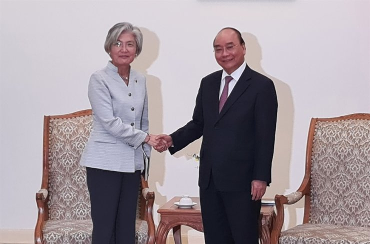 Foreign Minister Kang Kyung-wha shakes hands with Vietnamese Prime Minister Nguyen Xuan Phuc at his residence in Hanoi, Thursday. Yonhap