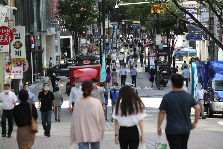 Myeongdong streets in Seoul's Jung-gu District is busy with passers-by on Friday under the Level 2.5 social distancing guidelines that was put into effect by the central government in late August to prevent further risks of spreading COVID-19. Yonhap