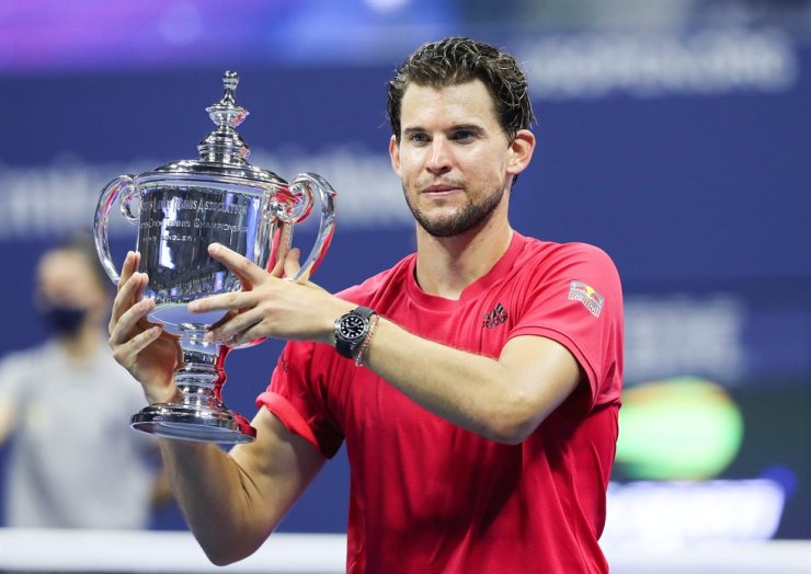 Dominic Thiem of Austria celebrates with championship trophy after winning in a tie-breaker during his Men's Singles final match against Alexander Zverev of Germany on Day Fourteen of the 2020 U.S. Open at the USTA Billie Jean King National Tennis Center on Sunday in the Queens borough of New York City. / AFP-Yonhap