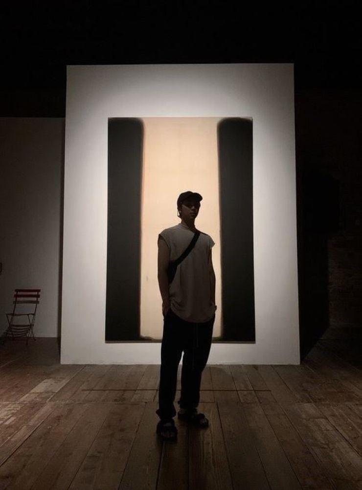 RM of BTS in front of Yun Hyong-keun's painting at 'Yun Hyong-keun, a Retrospective' at Palazzo Fortuny in Venice, Italy in this 2019 file photo. / Yonhap
