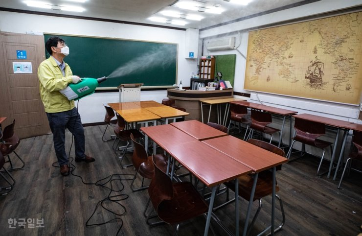 A public official disinfects a cram school in Mok-dong, southwestern Seoul, June 1, amid the spread of COVID-19. Korea Times Photo by Ko Young-kwon