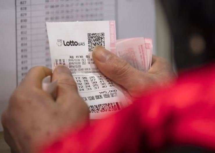 A customer buys a lottery ticket at a store in Seoul in this undated file photo. / Korea Times photo by Lee Dae-hyuk