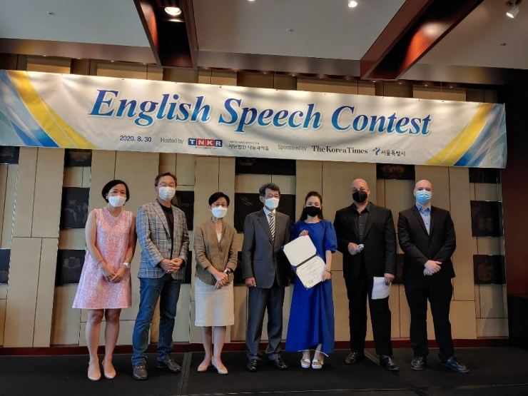 From left to right: Lee Eun-koo, TNKR co-founder; Kim Chung-ho, Sogang University economics professor and contest judge; Pak Hyun-ju, lawyer with Shin and Kim Law Office and contest judge; Kim Young-dam, chairman of Shin and Kim Law Office; Jung Yu-na, TNKR student and speech contest winner, Casey Lartigue Jr., TNKR co-founder; Wayne Finley, educator and publicity chairman at Korea TESOL. Courtesy of TNKR