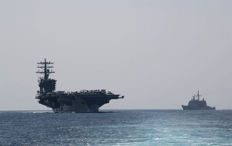 In this image released by the U.S. Navy, the aircraft carrier USS Nimitz, left, transits the Strait of Hormuz, Friday. The U.S. Navy announced that he Nimitz group passed the Strait of Hormuz to enter the Gulf amid Washington threats to enforce 'U.N.' sanctions without the backing of European allies. AFP-Yonhap