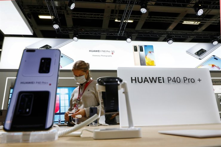 A woman visits the Huawei P40 Pro+ stand at the IFA consumer technology fair in Berlin amid COVID-19, Sept. 3. Reuters-Yonhap