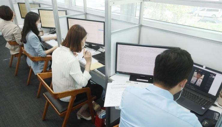 Recruiters from banks hold an online interview with applicants during a financial job expo that took place for three days from Aug. 26 in Seoul. Yonhap