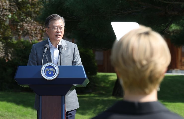 President Moon Jae-in speaks during the inaugural Youth Day event at Cheong Wa Dae, Saturday. Yonhap