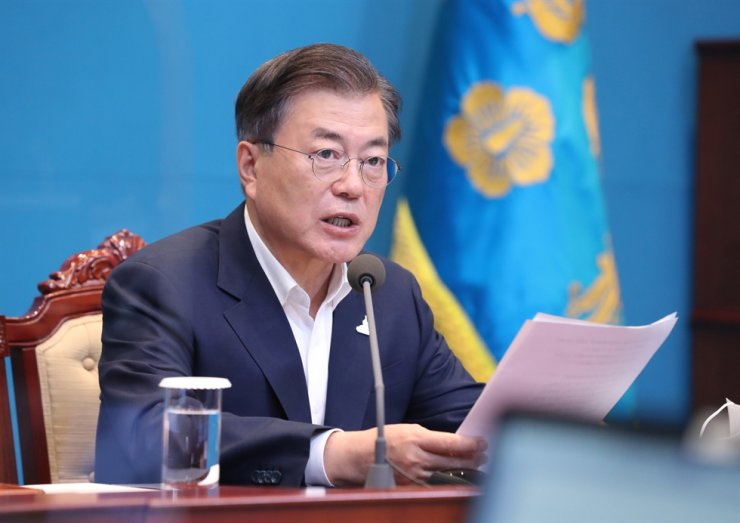 President Moon Jae-in speaks during a meeting with his secretaries at Cheong Wa Dae, Monday. Yonhap