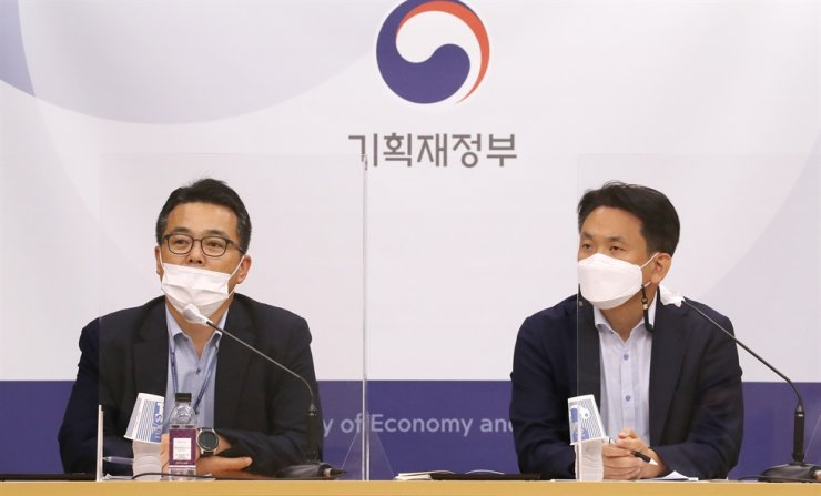 Ministry of Economy and Finance International Finance Bureau Director General Kim Seong-wook, left, speaks during a briefing at Sejong Government Complex, Tuesday. Courtesy of Ministry of Economy and Finance