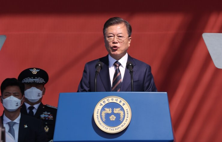 President Moon Jae-in speaks during the 72nd Armed Forces Day ceremony at Icheon, Gyeonggi Province, Friday. Yonhap
