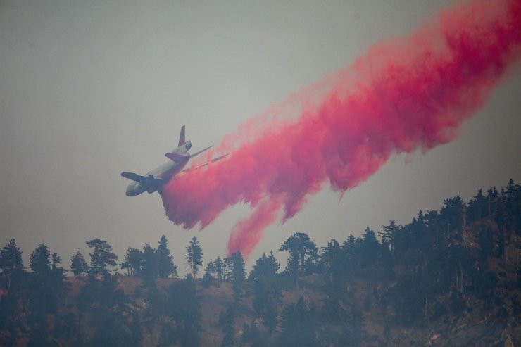 A firefighting jet tanker drops fire retardant on the Bobcat Fire at the Angeles National Forest on September 11, 2020 in Monrovia, California. AFP-Yonhap
