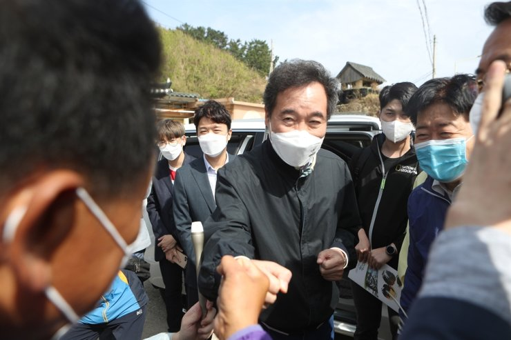 The ruling Democratic Party leader Lee Nak-yon on Sept. 26 meets residents of Uljin Harbor in Uljin County, North Gyeongsang Province, where a series of typhoons had dealt heavy blows and caused financial damages worth more than 15 billion won ($12.7 million) in early September. Yonhap