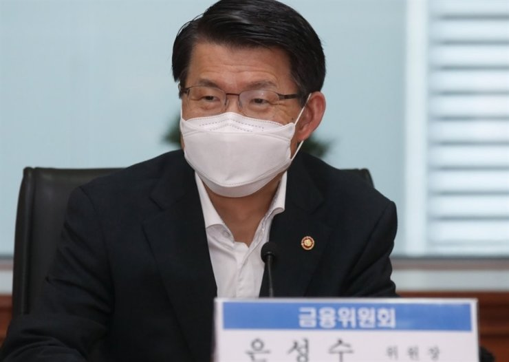 Financial Services Commission Chairman Eun Sung-soo speaks during a meeting with officials from the securities industry at the headquarters of the Korea Financial Investment Association in Seoul, Aug. 27. Yonhap