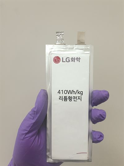The Korea Aerospace Research Institute's unmanned aircraft is in flight using LG Chem's lithium-sulfur battery. / Courtesy of LG Chem