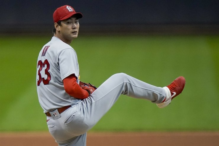 St. Louis Cardinals starting pitcher Kwang Hyun Kim throws during the first inning of the first game of a baseball doubleheader against the Milwaukee Brewers in Milwaukee, Monday. / AP-Yonhap