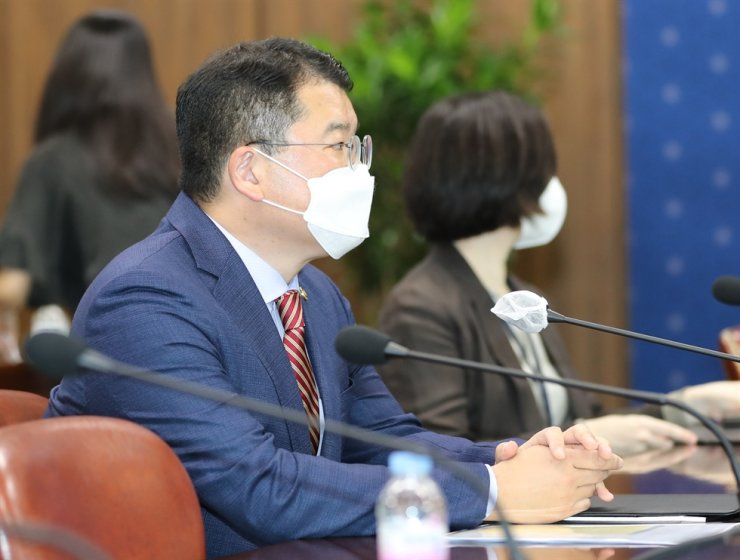 First Vice Minister Choi Jong-kun speaks to U.S. Ambassador Harry Harris at the Ministry of Foreign Affairs' headquarters in Jongno, Seoul, on Aug. 31. / Yonhap