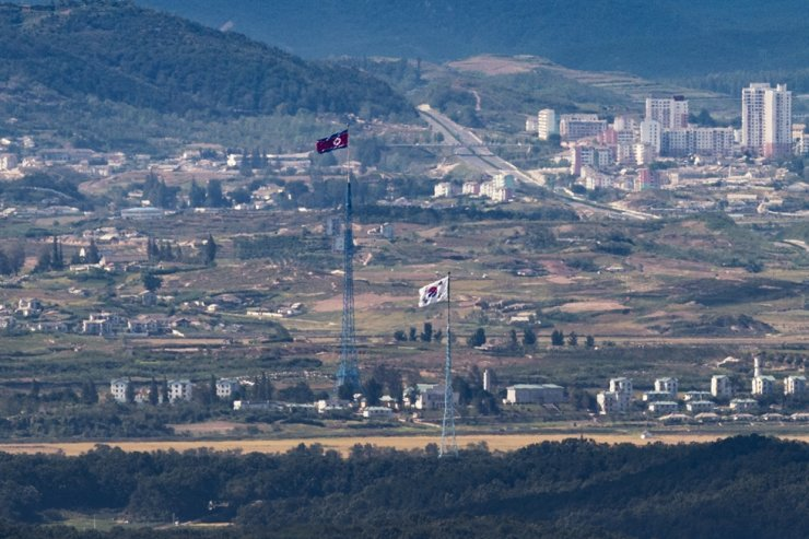 The South and North Korean flags are seen from Paju, Gyeonggi Province, Friday. The government said it has tightened its military readiness posture to step up monitoring of North Korean military moves in the wake of the North's killing of a South Korean citizen. Yonhap