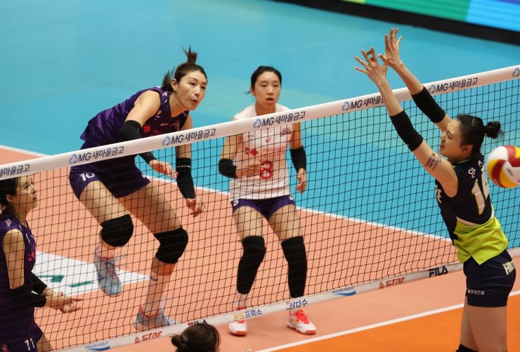 Heungkuk Life outside hitter Kim Yeon-koung, second from left, spikes the ball during the Korea Volleyball Federation Cup first-round match against Hyundai E&C Hillstate at the Jecheon Olympic Sports Center in North Chungcheong Province, Aug. 30. / Yonhap